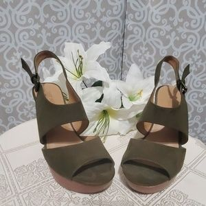 Nine West Olive Green Size 8 Mystery Wedges